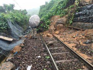 Đường sắt Bắc Nam lại bị cô lập do sạt lở đất đá tại đèo Hải Vân.