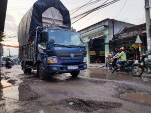 Bình Định: Đường xá hư hỏng nặng do mưa lũ.